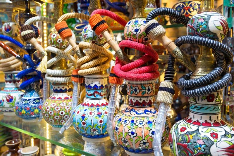 Ljusa färgrika vattenpipor i den storslagna basaren, Istanbul royaltyfria bilder