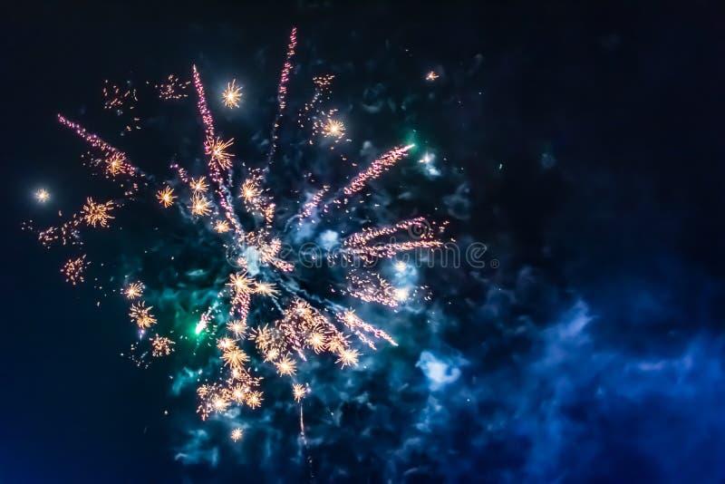 Ljusa festliga fyrverkerier mot bakgrunden av natthimlen royaltyfria bilder