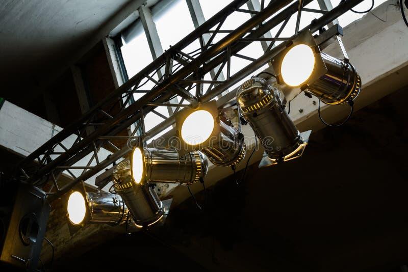 Ljusa flodljus som fästas till en stålram Horisontalsikt av royaltyfri fotografi