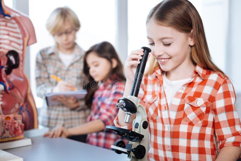 Ljusa gladlynta barn som deltar i biologigrupp royaltyfri fotografi