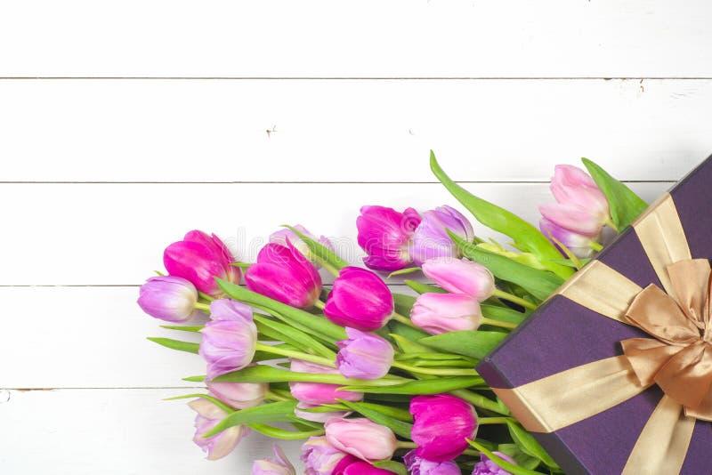 Ljusa härliga tulpan på en träbakgrund Top beskådar Kopiera utrymme för text royaltyfri fotografi