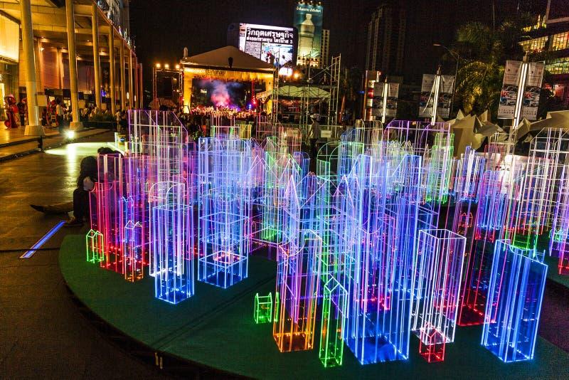 Ljusa installationer vid natt i Bangkok fotografering för bildbyråer