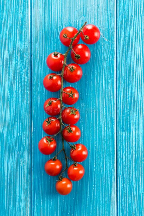 Ljusa körsbärsröda tomater fotografering för bildbyråer