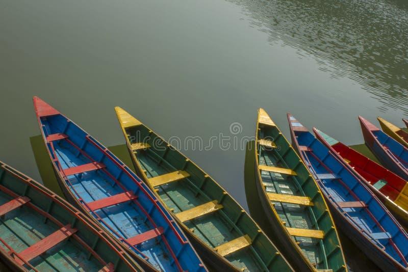 Ljusa kulöra trätomma fartyg på en bästa sikt för grön vattenyttersida arkivfoto