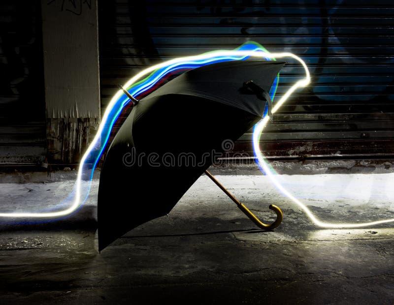 Ljusa linjer rörelse för lång exponering över paraplyet royaltyfria foton