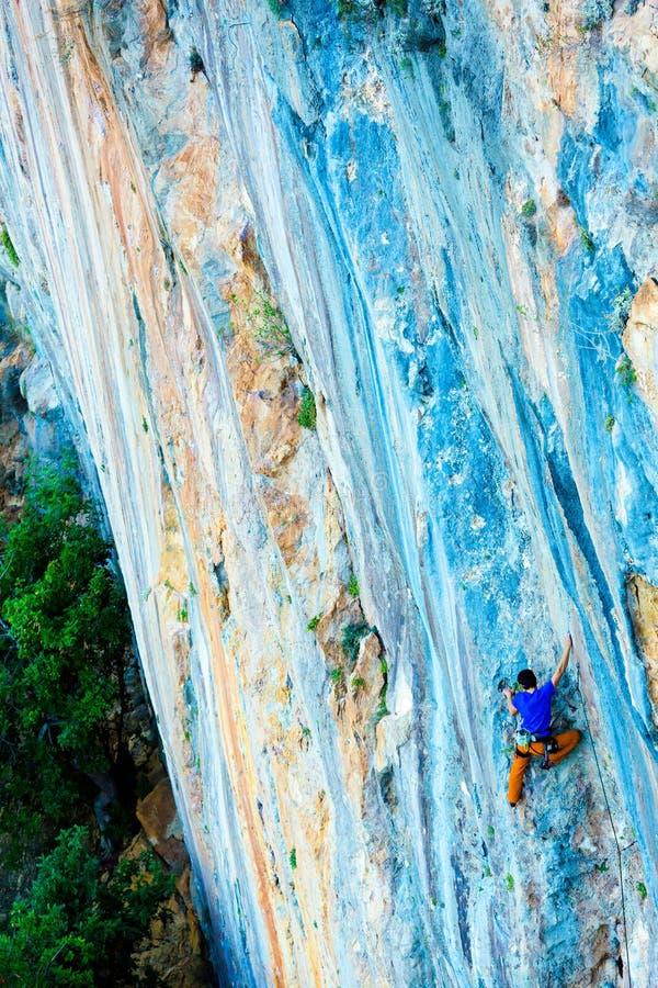 Ljusa lysande orange blåa vaggar modellen och klättraren royaltyfria foton