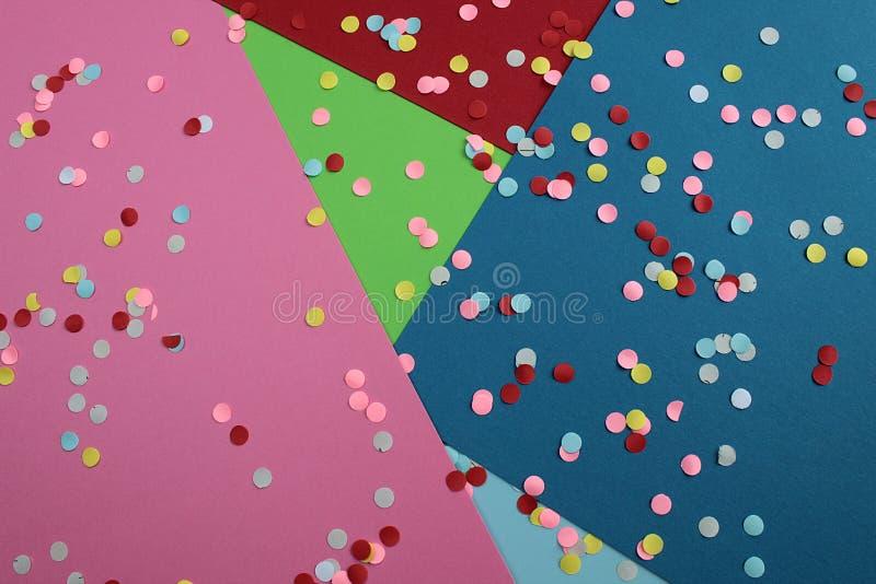 Ljusa mång- kulöra cirklar ligger på en mångfärgad bakgrund arkivfoton