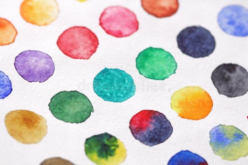 Ljusa mångfärgade cirklar av vattenfärger tätt papper för bakgrund som skjutas upp lodisar royaltyfri illustrationer