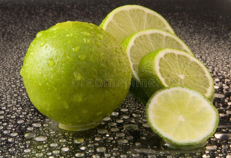 ljusa mörka nya gröna limefrukter för bakgrund fotografering för bildbyråer