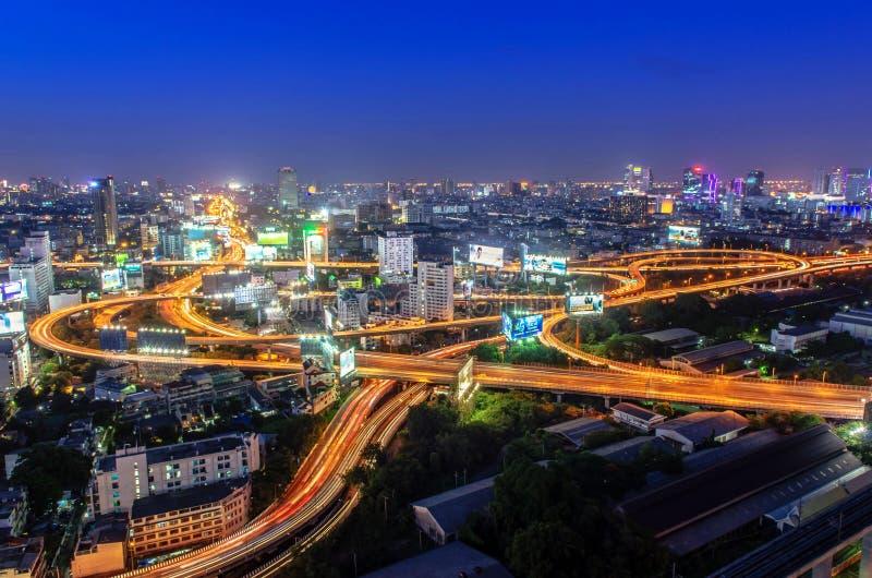 Ljusa medel klibbade på huvudvägen på natten i Bangkok, Thailan royaltyfria foton