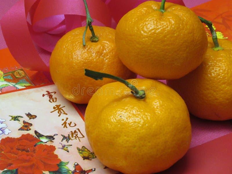 Ljusa och attraktiva kinesiska paket och apelsiner för nytt år röda fotografering för bildbyråer