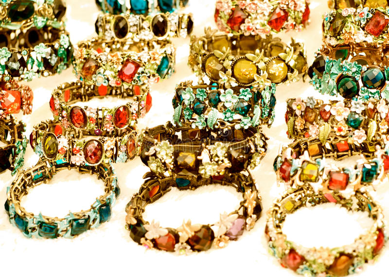 Ljusa och beautifully prydde med ädelsten armband royaltyfri bild