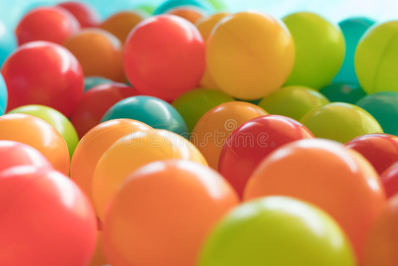 Ljusa och färgrika plast- leksakbollar, bollgrop, slut upp arkivbild
