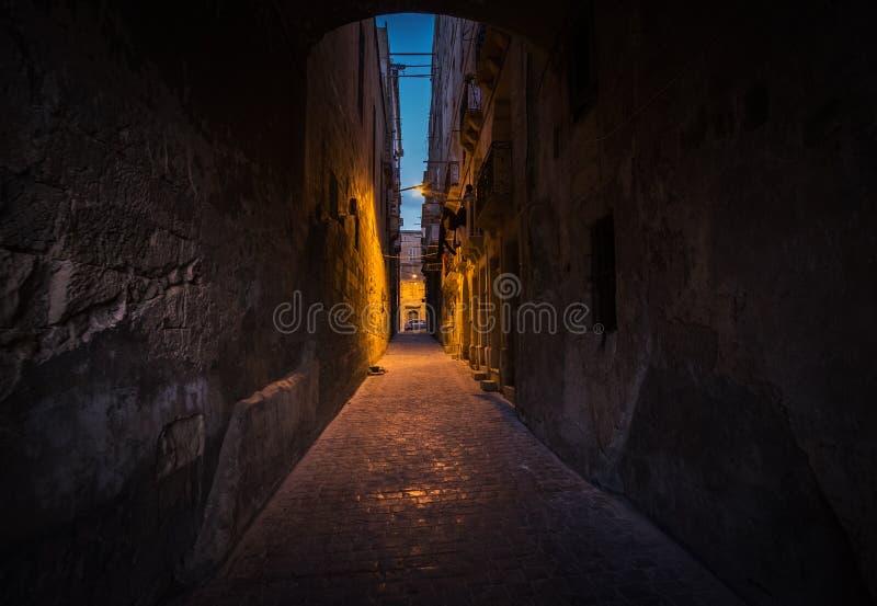 Ljusa och mörka gränder av Valletta Banan som ska tändas malta royaltyfria foton