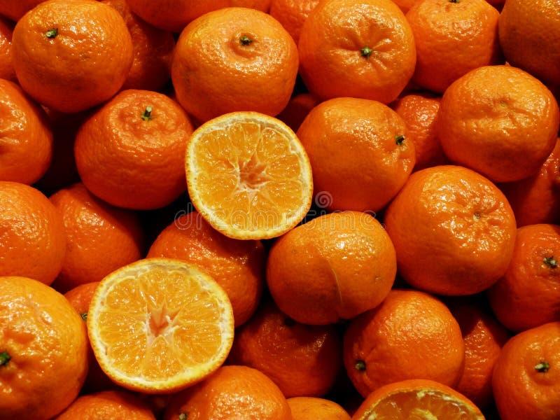 Ljusa orange färgtangerin på skärm på marknadsstället royaltyfri foto