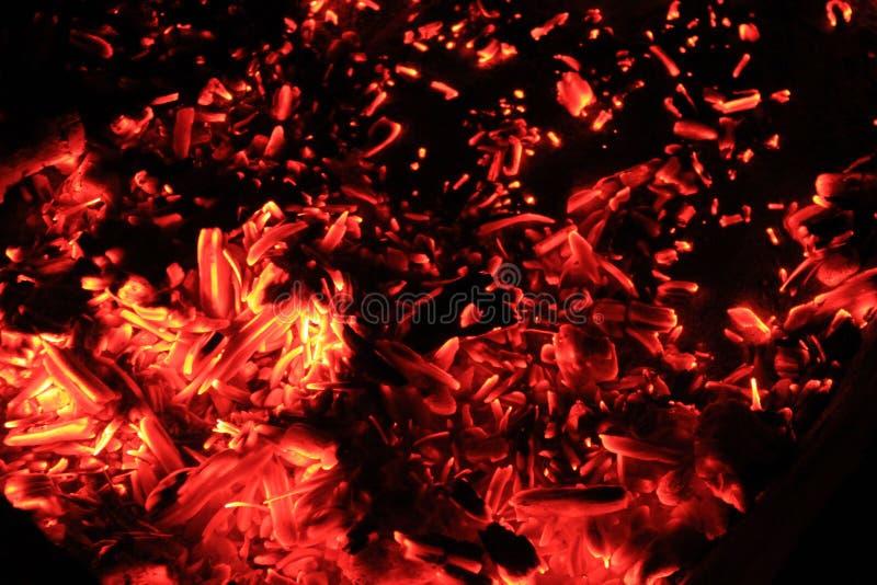 Ljusa röda och orange glöd av brasan på natten royaltyfria foton