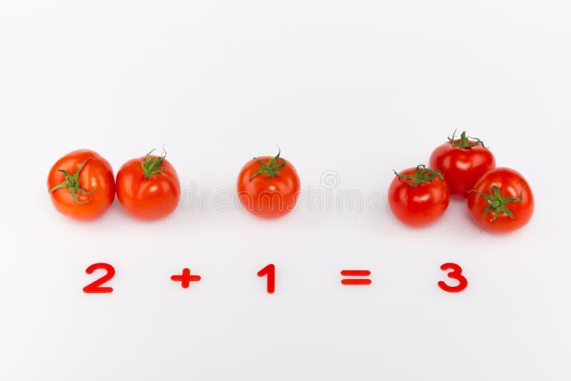 Ljusa röda tomater och nummer royaltyfria foton
