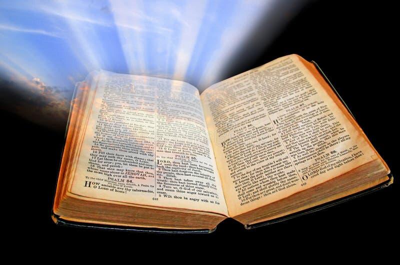 Ljusa sken för bibel ut ur mörker arkivfoton
