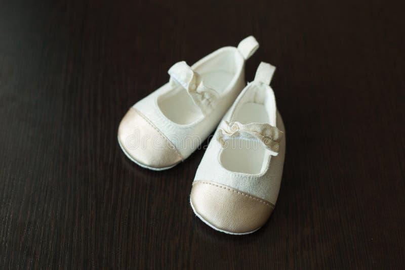 Ljusa skor för barn` s arkivbilder