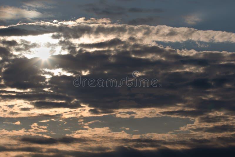Ljusa solhimmel och moln i afton stock illustrationer