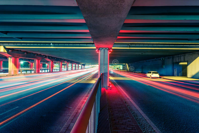 Ljusa spår på trafikföreningspunkter på natten arkivfoton