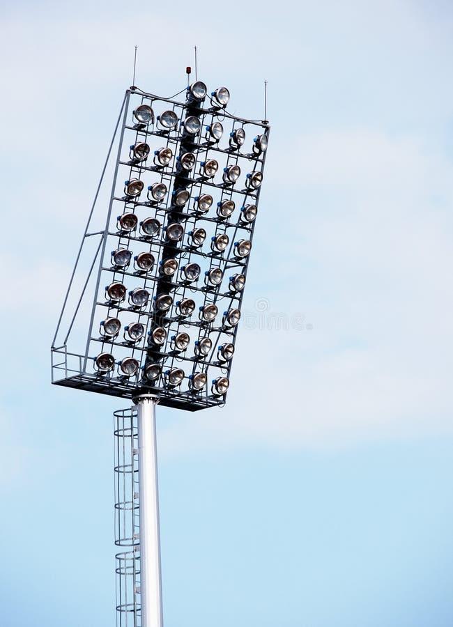 Ljusa stora högväxta utomhus- stadionstrålkastare arkivfoton