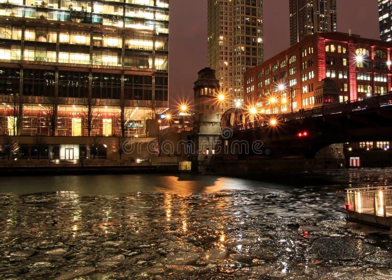 Ljusa strålar fördjupa av av illmuninated ljus från Chicago gator under aftonrusningstid royaltyfri bild