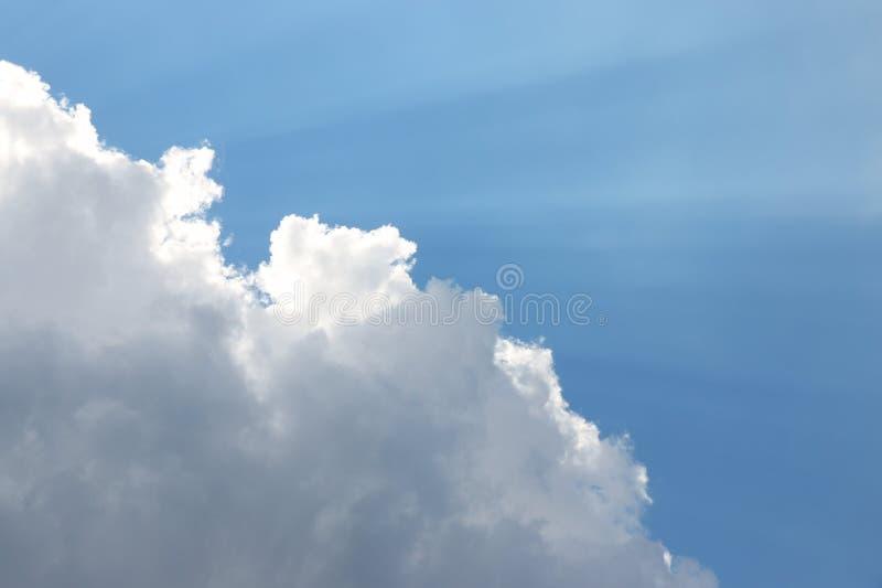 Ljusa strömmar över moln arkivbild