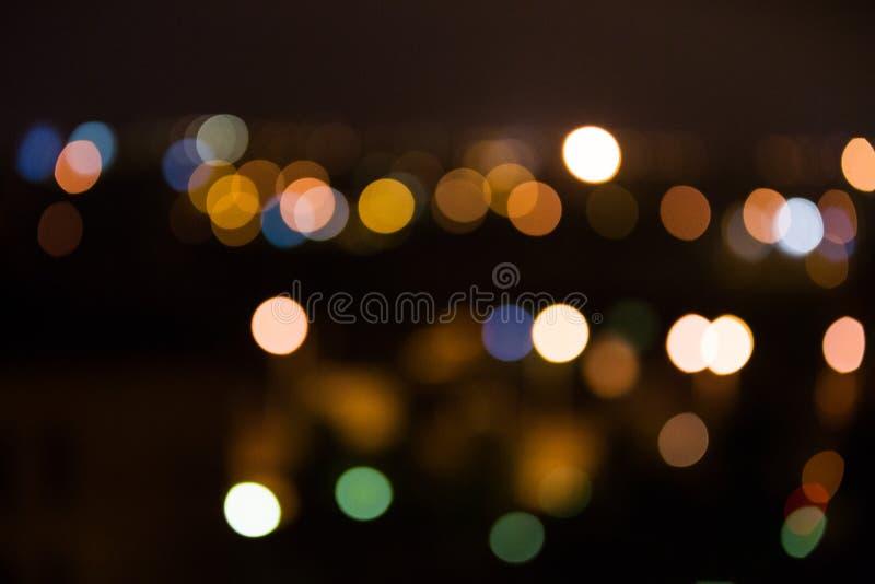 Ljusa suddigheta nattstadslampor arkivfoto