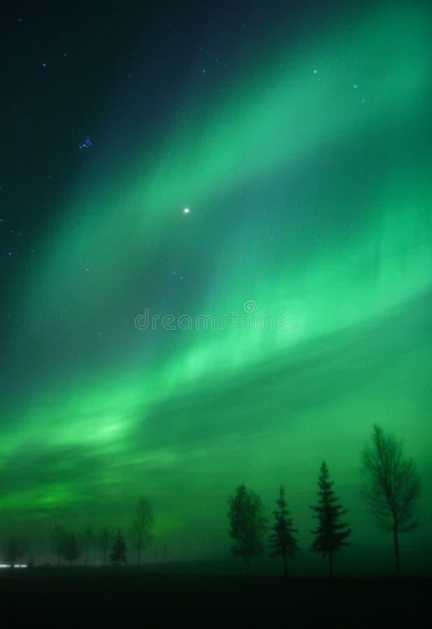 ljusbåg morgonrodnad uppe i luften två arkivfoton