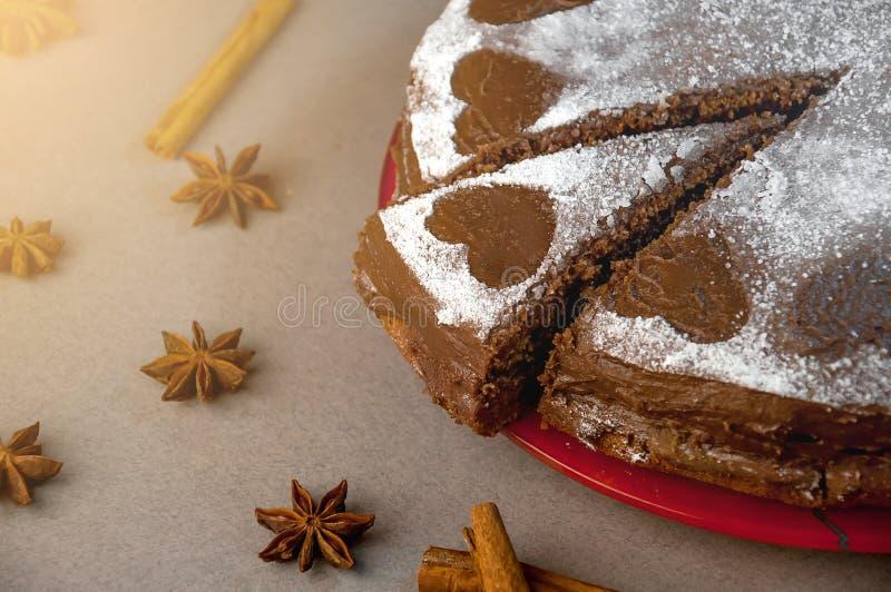 Ljusbrun kaka för choklad med kakaokräm med små hjärtor från pudrat socker Efterrätt Begrepp för dag för valentin` s royaltyfria bilder
