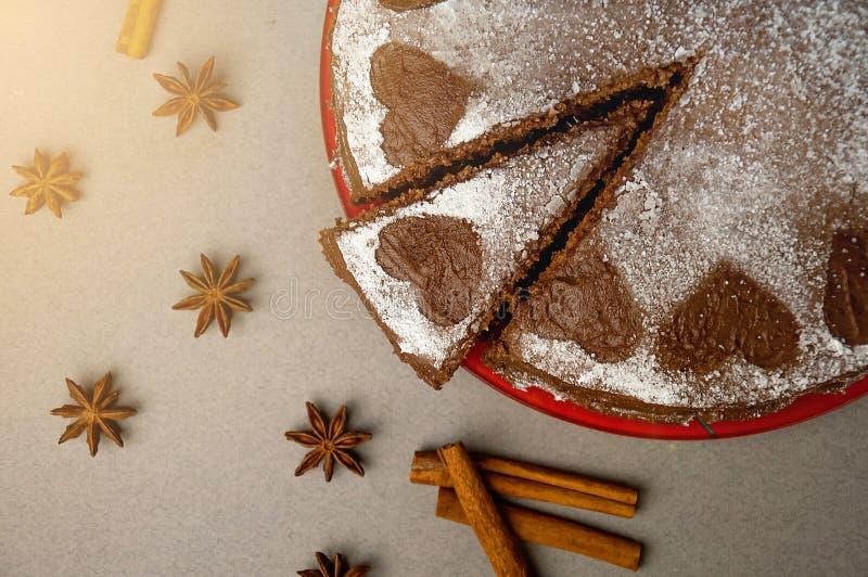 Ljusbrun kaka för choklad med kakaokräm med små hjärtor från pudrat socker Efterrätt Begrepp för dag för valentin` s Tävlar den l royaltyfri foto