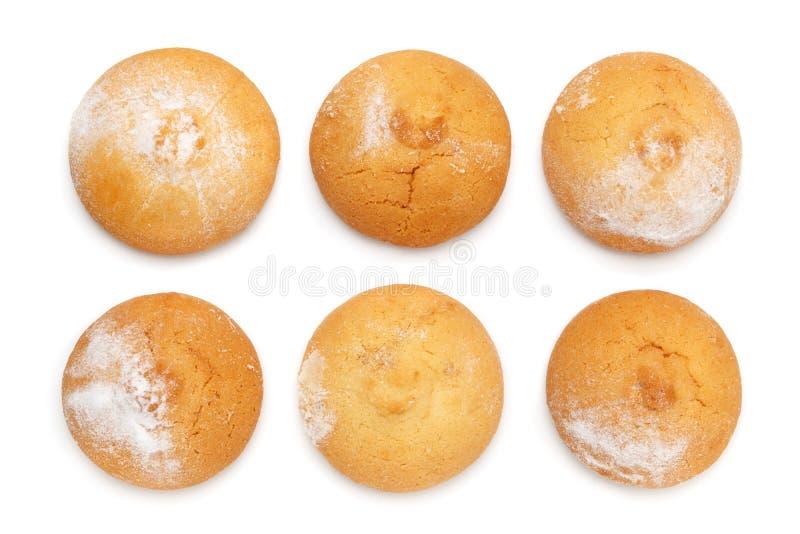 Ljusbrun rund form för smörkakor som strilas med pudrat socker som isoleras på en vit bakgrund arkivbild