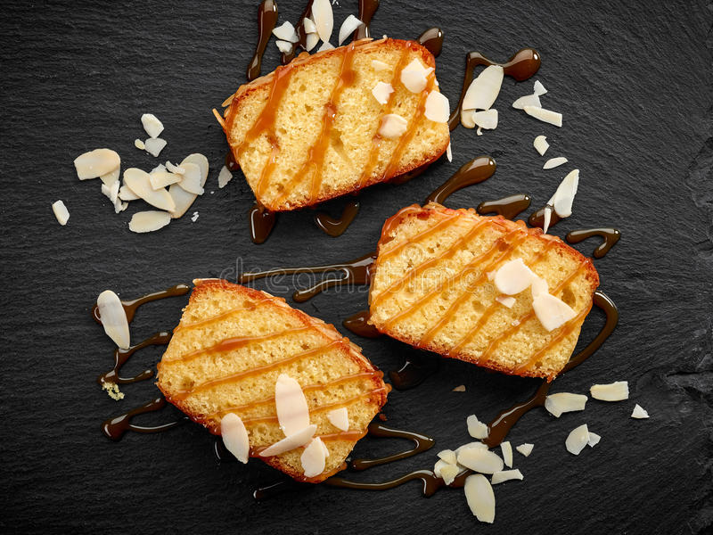 Ljusbruna kakaskivor med söt karamellsås royaltyfria bilder