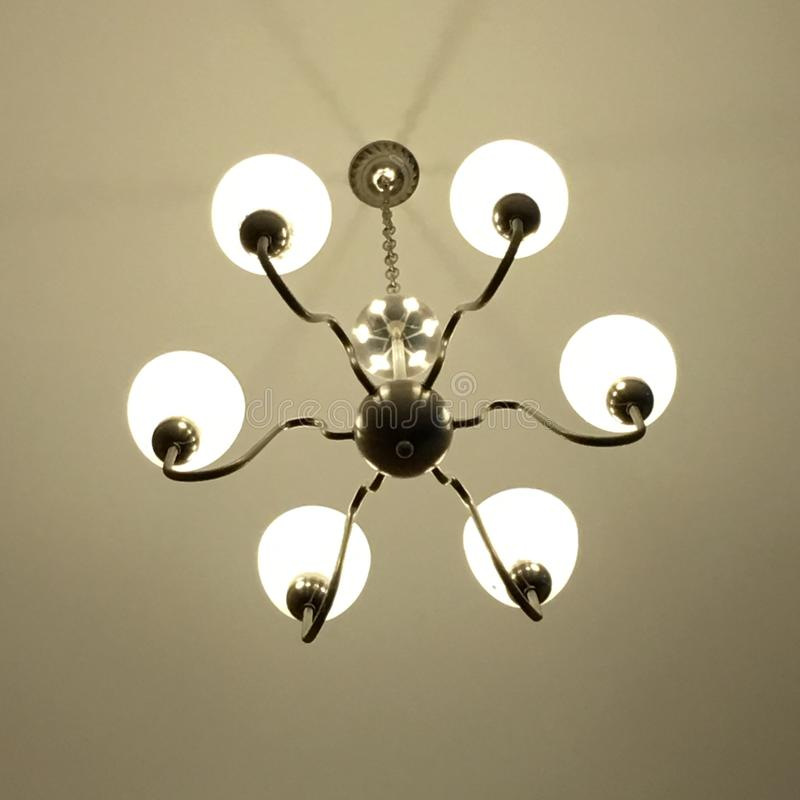 Ljuset är ordnat runt om ett runt fönster i taket av enuppehåll matsal som det konstgjorda ljuset är delvis direkt, delvis indire royaltyfri foto