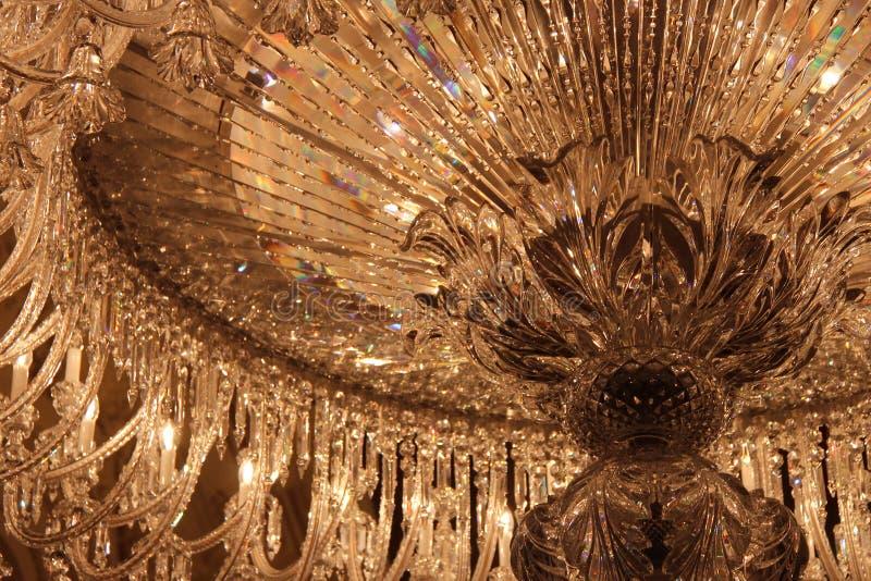 Ljuset reflekterar av en crystal lyster i ett museum i Paris (Frankrike) royaltyfri fotografi
