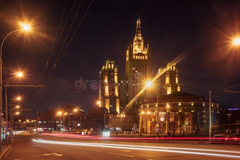 Ljuset skuggar på den moderna byggnadsbakgrunden i Moskva, Ryssland arkivfoton