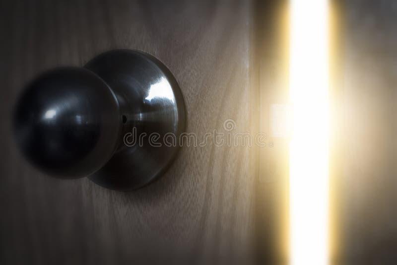 Ljuset till och med den öppna dörren arkivbild