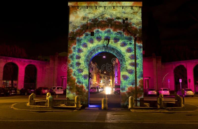 Ljusgarneringar på den Porta Romana fyrkanten i Rieti Italien royaltyfria bilder