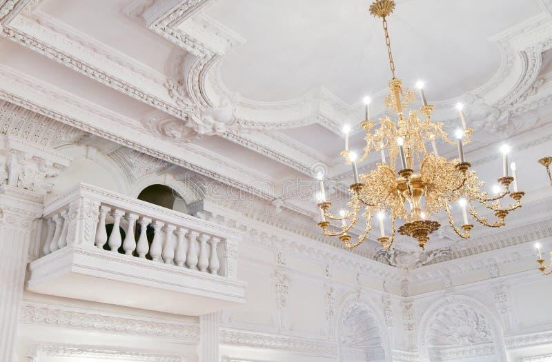 Ljuskrona för stor korridor för dekor för klassisk stil inre arkivbilder