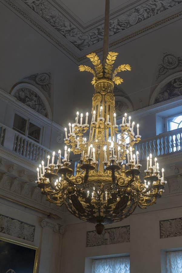 Ljuskrona i The Field marskalkar Hall The State Hermitage Museum St Petersburg Ryssland fotografering för bildbyråer