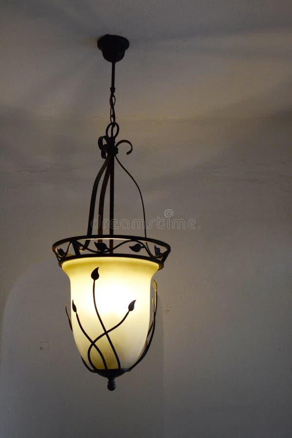 Ljuskrona med tänt ljus arkivbild