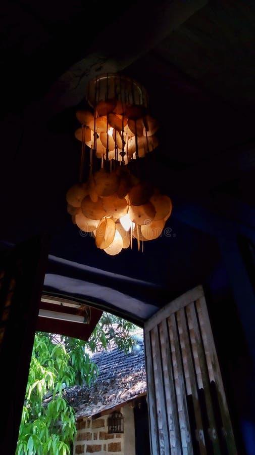 Ljuskrona och fönster royaltyfria bilder