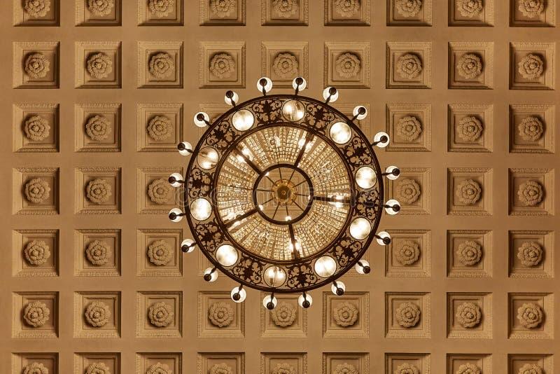 Ljuskrona på decoarted tak royaltyfri bild