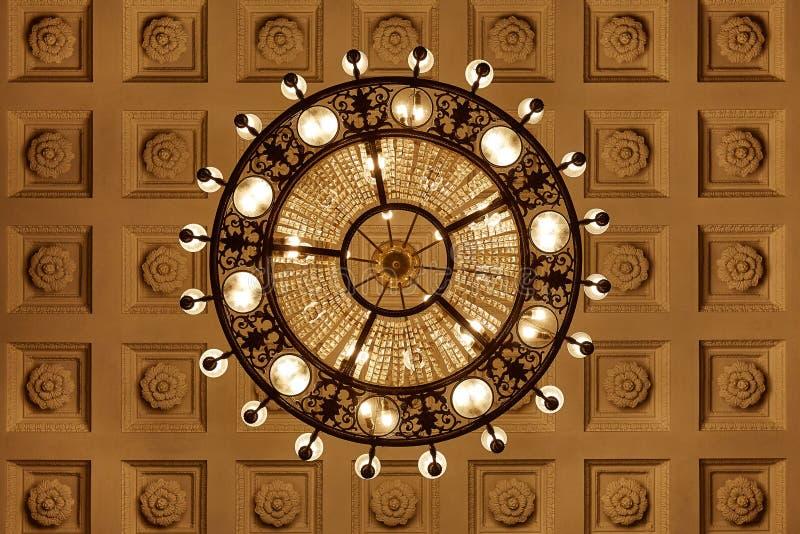 Ljuskrona på decoarted tak arkivbild