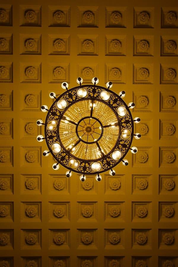 Ljuskrona på decoarted tak arkivbilder