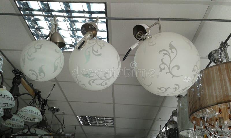 Ljuskronorna i shoppar fönstret royaltyfri fotografi