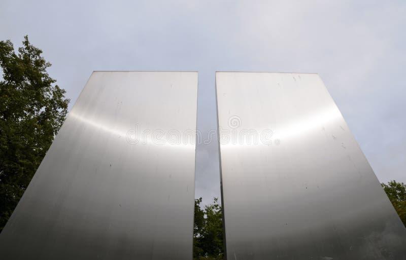 Ljusremsor på två metallpaneler, detalj av monumentet i royaltyfri fotografi
