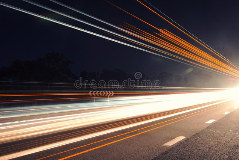 Ljusslingor på natten med signalljuset royaltyfria bilder