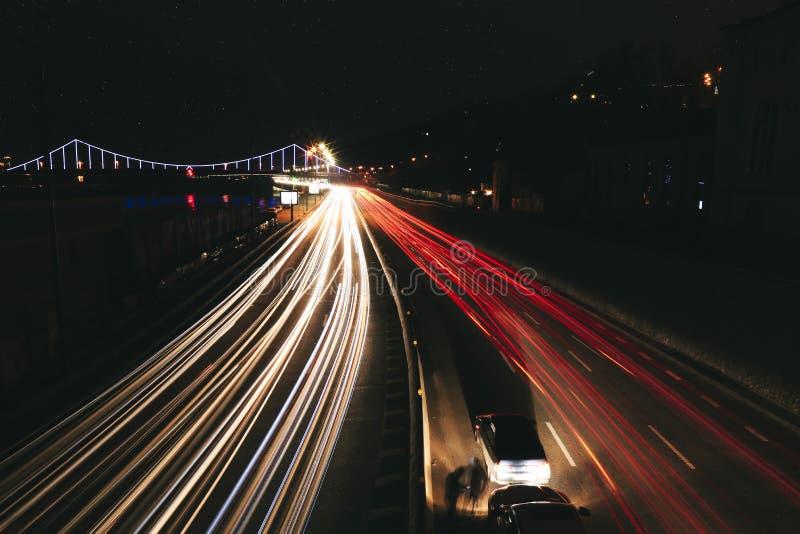 Ljusspår på gatan i Ukraina Kyiv royaltyfria foton